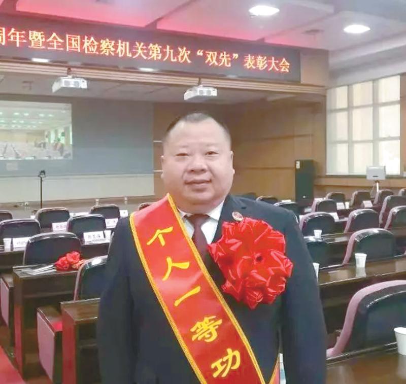 """屡获殊荣的""""服务生"""" —— 记赤壁市人民检察院副检察长汤葵"""