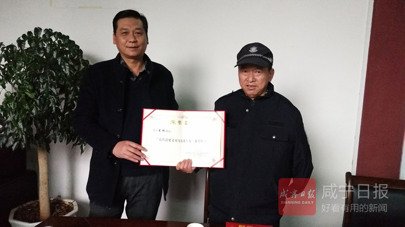 """跳湖救起轻生女演绎大爱  嘉鱼""""独臂侠""""获表彰"""