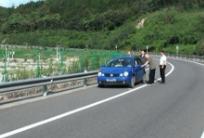 杭瑞高速一车主推车下高速  原是忘记加油惹的祸