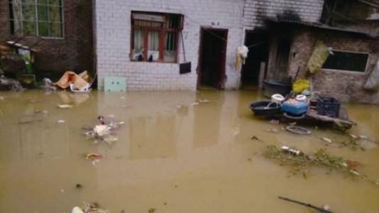 咸宁一居民家中淹水  市政第一时间处理解民忧