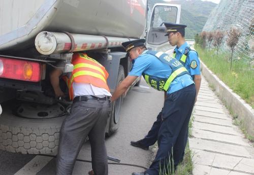 小车突发故障急需救援  路政人员安全施救获点赞