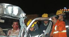 深夜兩車相撞1人被困  群眾與消防員齊心救援