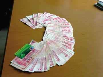 一万现金掉在取款槽  ?#20013;?#24066;民遇到了细心民警