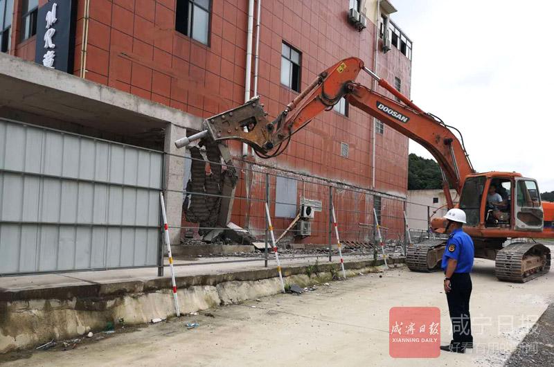 業主利用周末搶建違法建筑  城管依法拆除沒商量