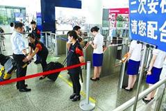 男子檢票時突然昏倒  車站職工與旅客聯手施救