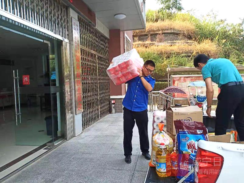 咸宁城管执法委综合执法二大队爱心捐赠助力创文