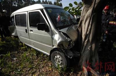 面包车撞上路边大树  消防员拆车门救出被困女子