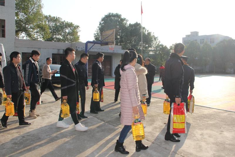 """崇阳县法院组织青年干警开展""""情暖寒冬""""志愿活动"""