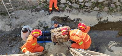 女子骑车掉进沟渠 消防员和村民架设双梯助其脱险