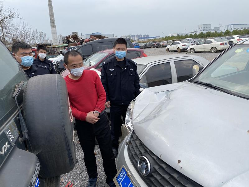 男子撞人后弃车逃逸  民警私房内摁住肇事司机