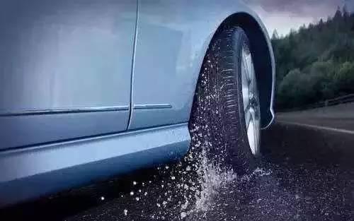 """越野车在高速上""""漂移"""" 原是雨天车速过快打滑"""