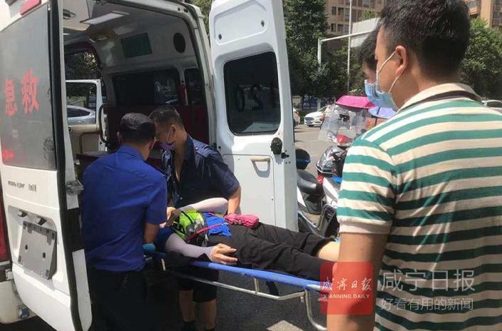 巡查遇交通事故  咸宁城市管家暖心相助