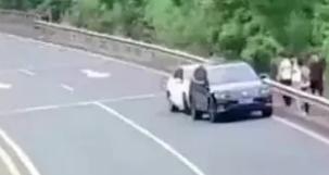 一气之下竟将母亲丢在高速 民警及时救助保安全
