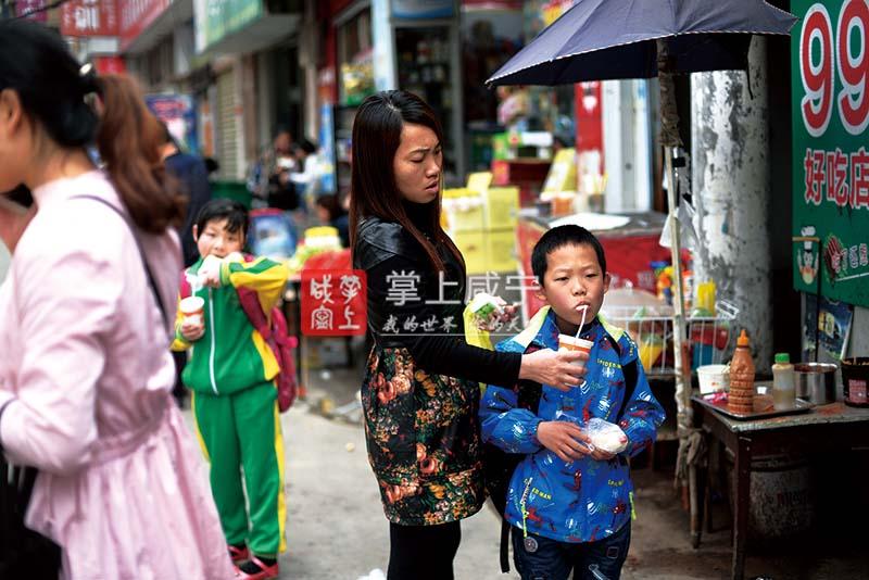 """光影随心动 乡愁入镜来——摄影名家夏勋南""""扫街""""一日记"""