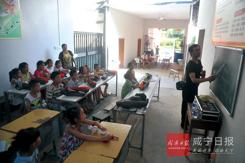 志愿者教孩子们吹葫芦丝
