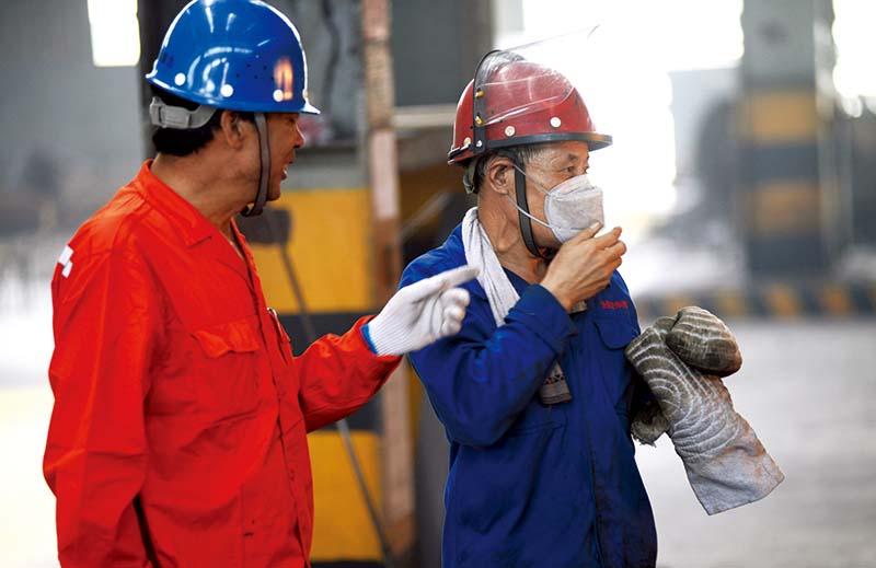 高温下的炼钢工人