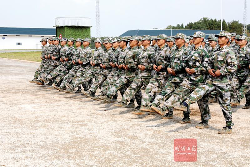 组图:240名应急应战尖兵接受检阅