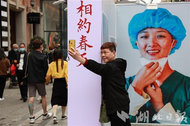 """武漢""""解封""""一周年后的楚河漢街"""