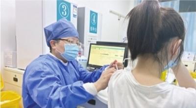 12-17岁人群陆续接种新冠疫苗 未成年人接种须监护人全程陪同