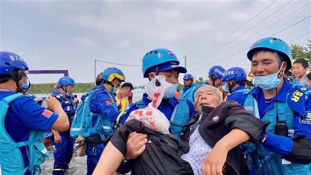 湖北蓝天救援7天共计转运人员5568人次 仍有4支队伍坚守新乡救援现场