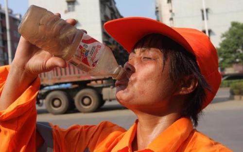 咸寧市領導慰問高溫下奮戰在工作一線的環衛工人