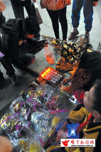 """面具和巫师帽开始热卖,""""万圣节""""氛围开始浓烈. (毛亚轩 方"""