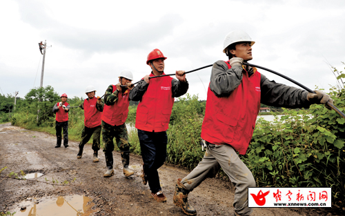2日,咸安区官埠桥镇泉湖村,区供电公司党员服务队正在抢修线路.