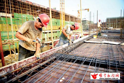 7日,市月星家居建材批发大市场正抓紧建设.该项目位于咸安