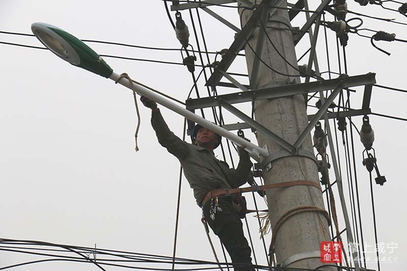 图文:通山县供电公司免费安装路灯