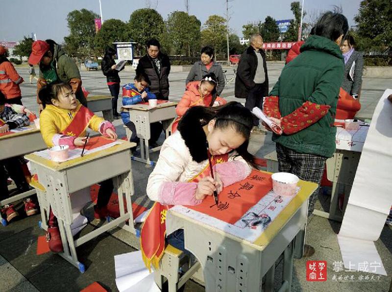 图文:横沟中小学生免费为群众写春联