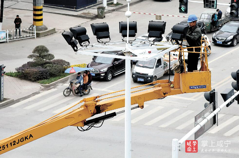 图文:检修路灯迎新春