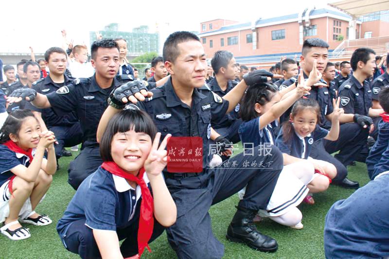 """图文:巡特警进校园庆""""六一"""""""