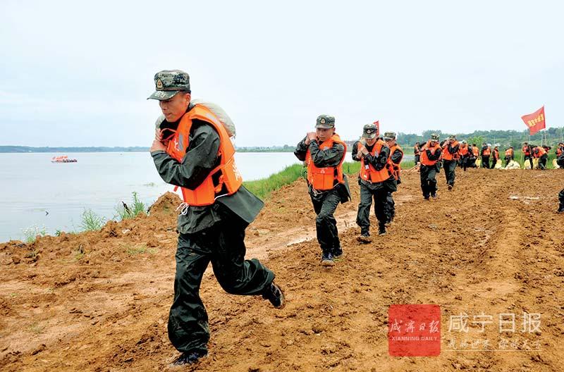 图文:抗洪抢险实兵演练