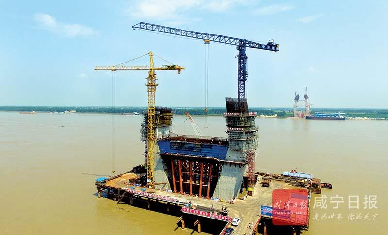 图文:嘉鱼长江公路大桥浇筑主塔墩