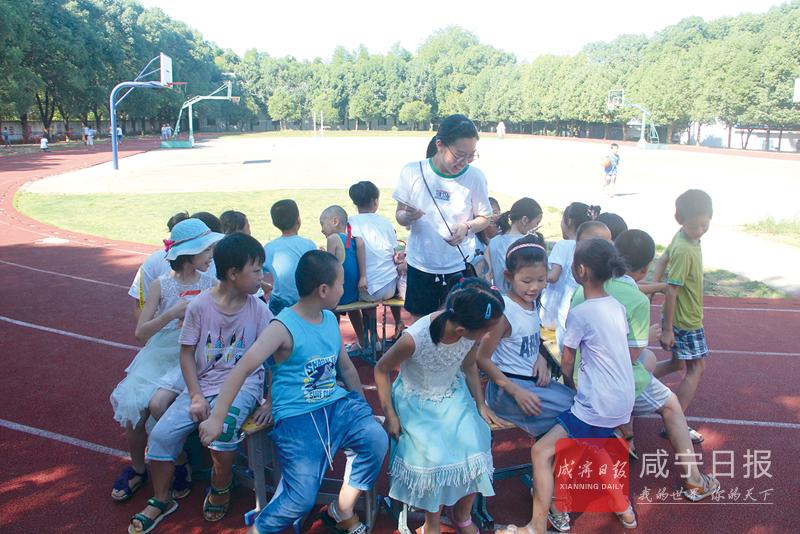 图文:湖科志愿者呵护留守儿童