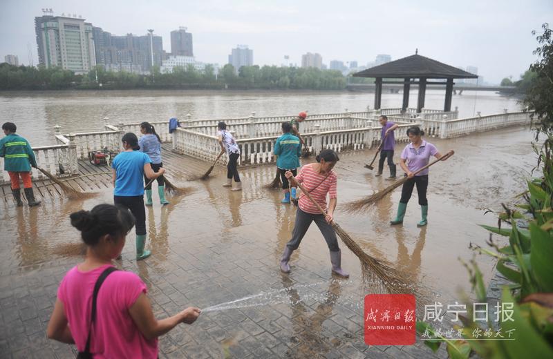 图文:清除淦河两岸淤泥