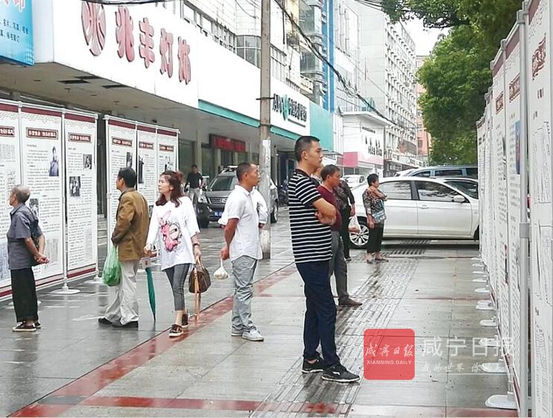 图文:《档案法》宣传上街头