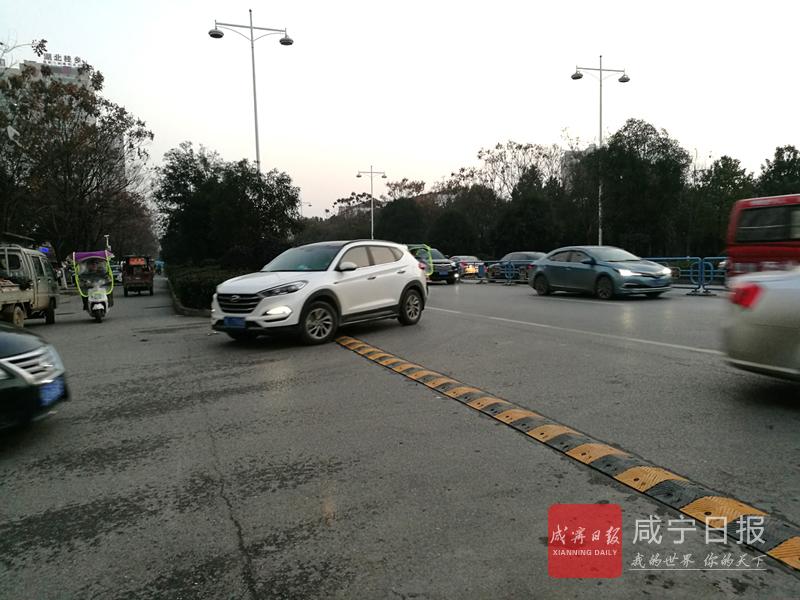 图文:主干道路口安装减速带