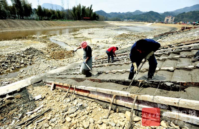 图文:加固河堤护良田