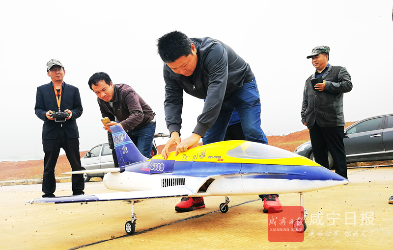 图文:我市首架涡喷航模成功试飞