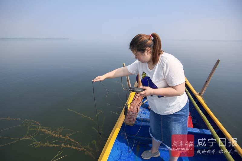 图文:开展水质检测 保护一湖碧波
