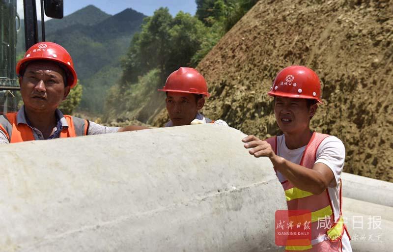 图文:战高温修公路