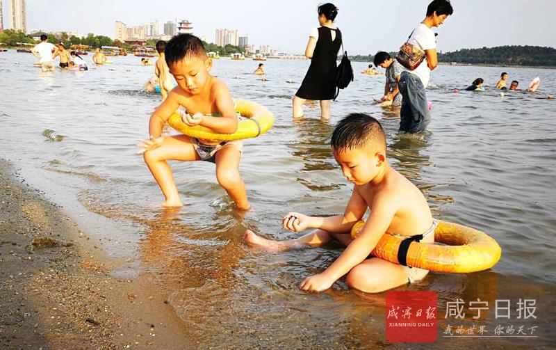 图文:湖边戏水享受清凉