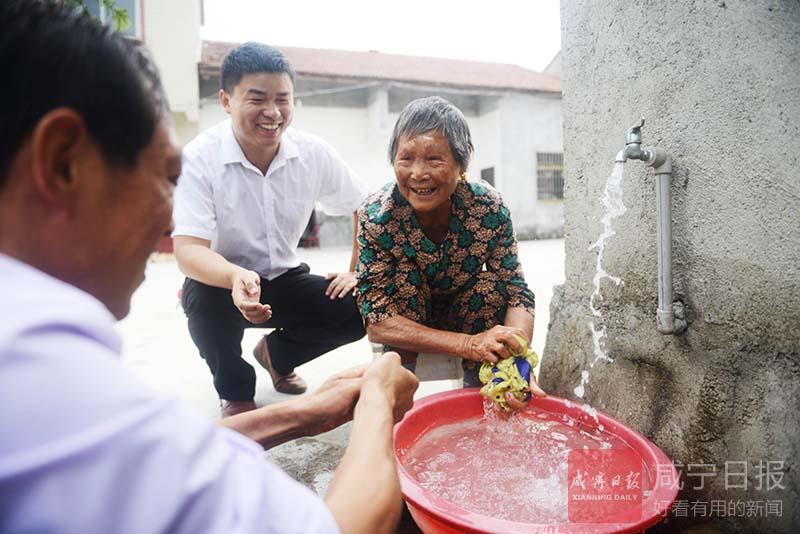 图文:村民吃上自来水