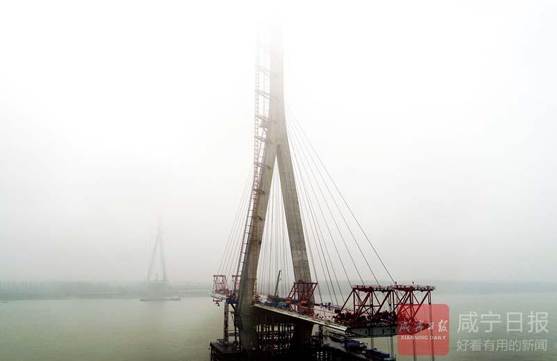 圖文:嘉魚長江大橋吊裝鋼箱梁