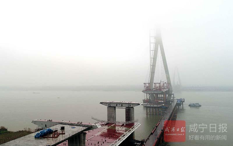图文:嘉鱼长江大桥吊装箱梁