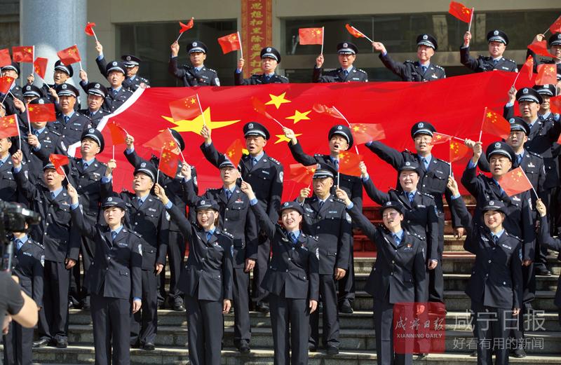 圖文:咸安民警快閃唱響《我和我的祖國》