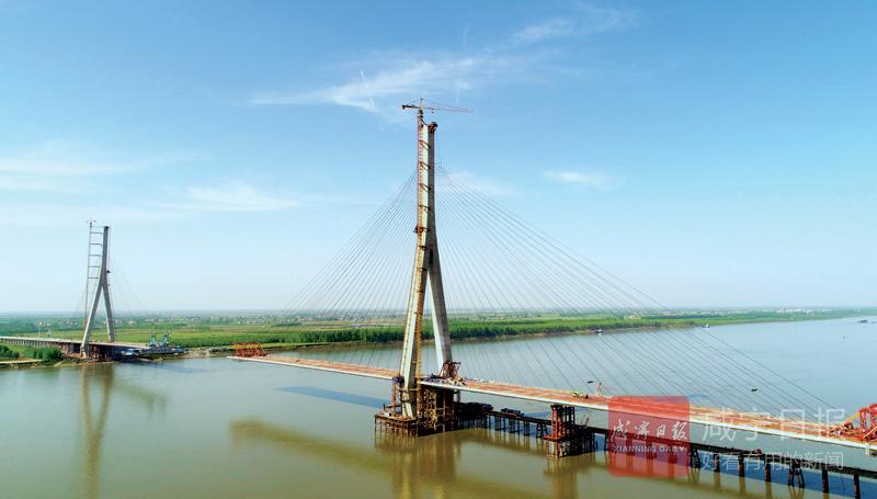 图文:嘉鱼长江大桥即将合龙
