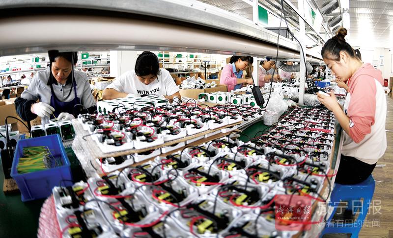 图文:咸安凤凰科技孵化园企业入驻生产忙