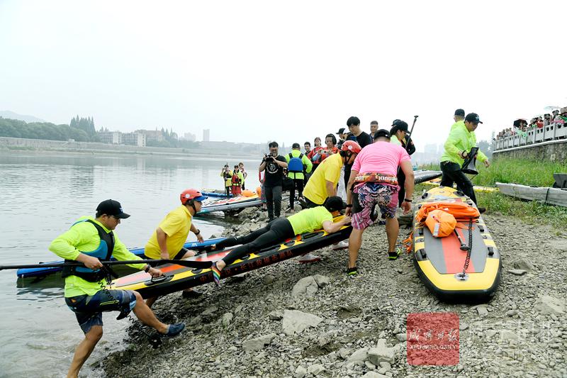 图文:普及桨板救援  守护和谐平安